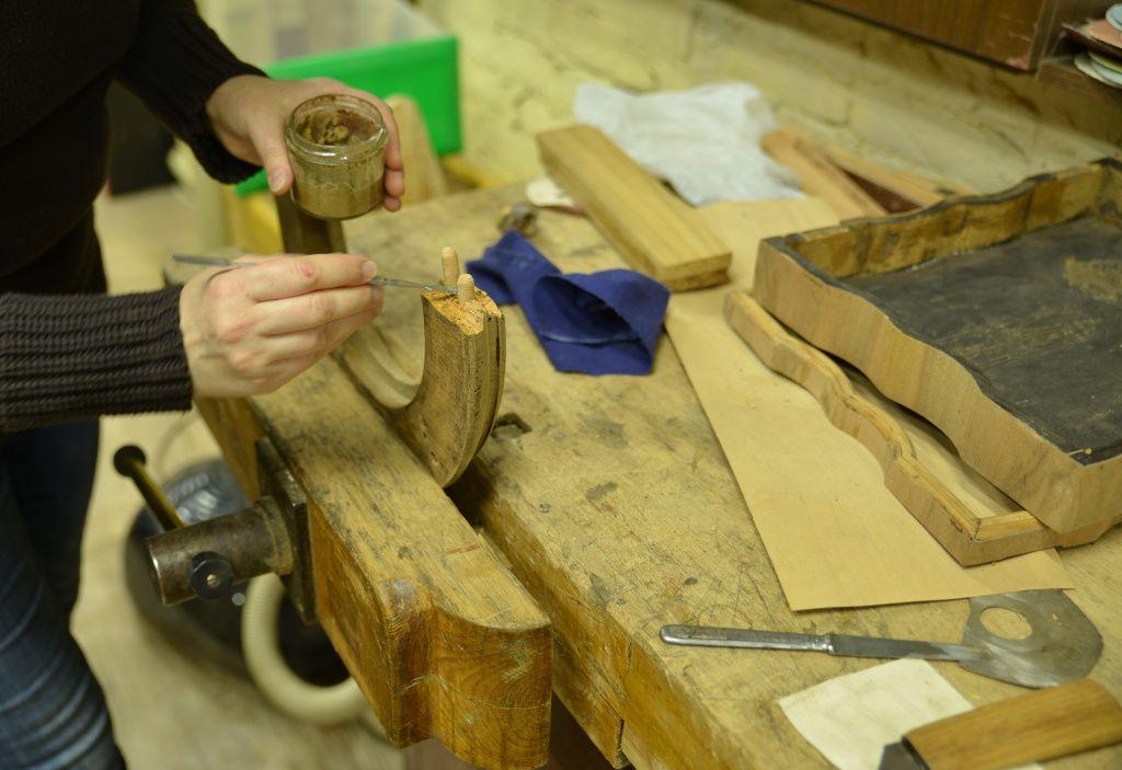 Реставратор мебели за работой
